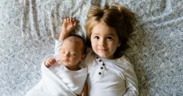Baby und Kind auf Decke